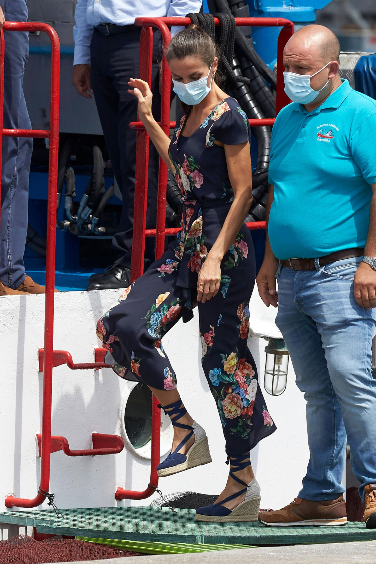 Der Jumpsuit des Labels Uterqüe stellt sich auch als praktisch heraus, als Königin Letizia auf einen Kutter steigt. Ihre Espadrilles von Macarena geben ihr hierbei genügend Halt und sind noch dazu ein schicker Hingucker.