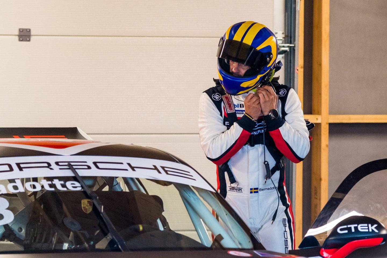 Prinz Carl Philip setzt sich selbst ans Steuer des Porsches, um eine Runde Vollgas auf der 4,2 Kilometer langen Motorsport-Rennstrecke zu geben. Damit dürfte auch für einen Prinzen ein Kleinjungentraum wahr werden.