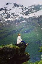 29. Juli 2020  Einmal tief durchatmen... Moderatorin Nova Meierhenrich schwelgt in Urlaubserinnerungen und teilt diesen schönen Schnappschuss aus Norwegen. Inmitten der rauen, wunderschönen Natur genießt sie den weiten Ausblick amGeiranger-Fjord.