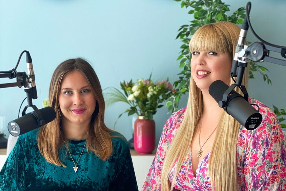 Lara Golombek (links) und Nane Meyer im Podcaststudio