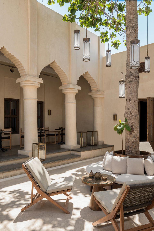 Mitten inSharjah, der Kulturhauptstadt der Vereinigten Arabischen Emirate, gelegen, überzeugt das 5-Sterne-Resort mit einem beeindruckenden, arabischen Interior und exzellentem Service. Das entspannt-luxuriöse Café lädt zum Verweilen ein.The Chedi Al Bait Resort in Sharjah, VAE
