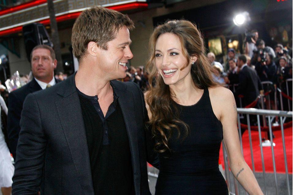 """Brad Pitt und Angelina Joliekommen sich am Set von """"Mr. und Mrs. Smith"""" näher."""
