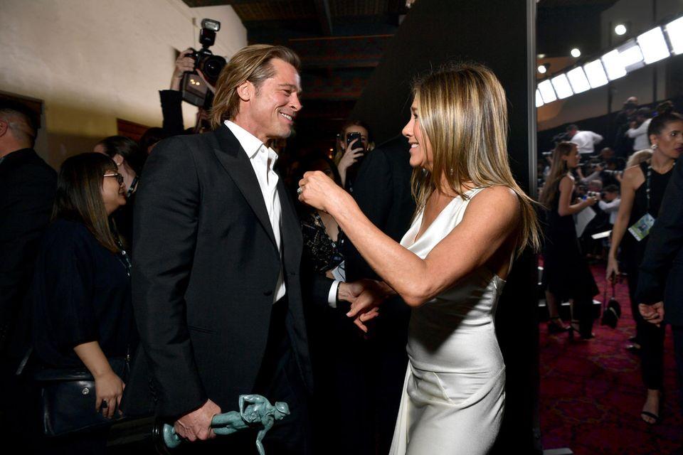 """Bei den """"Screen Actors Guild Awards"""" 2020 feiern Brad Pitt und Jennifer Aniston backstage ein vielbeachtetes Wiedersehen."""