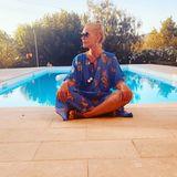 """23. Juli 2020  """"Was ich am Urlaub besonders liebe, sind die bequemen Klamotten"""", verrät Schauspielerin Anna Loos und postet sie in entspannter Pose am Pool auf Mallorca."""