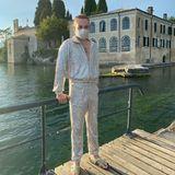 25. Juli 2020  Riccardo Simonetti genießt den ersten Urlaub nach dem Corona-Lockdown am Gardasee. Endlich kann sich der Fashion-Fan einmal wieder herausputzen - und strahlt dabei von Kopf bis Fuß in einem Glitzer-Suit mit passendem Mund-Nase-Schutz.