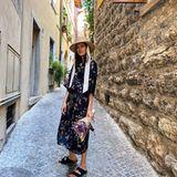 """26. Juli 2020  """"Bella Italia"""" schreibt Marie Nasemann zu diesem Foto ausPorto di Gargnano. """"Bella"""" ist auch der Urlaubs-Look des Models. Das stylische Maxikleid mit Blumenprint passt farblich perfekt zu dem Strauß, den Marie in ihren Händen hält. Und überhaupt: Was könnte bessere Sommerlaune machen als ein Strohhut?"""