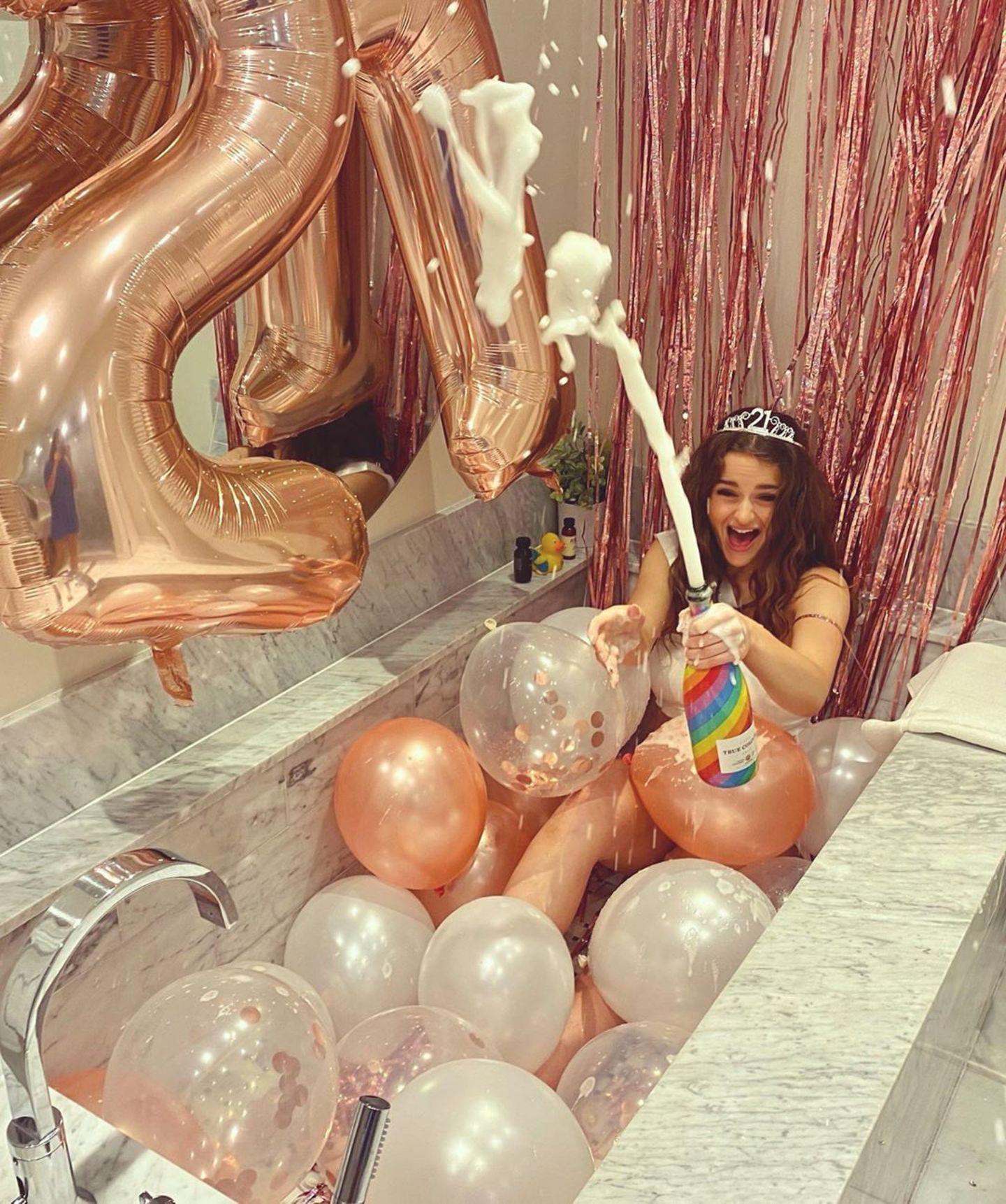 30. Juli 2020  Feuchtfröhlich feiert Schauspielerin Joey King ihren 21. Geburtstag und lässt die Korken knallen! Nun darf sie sich auch ganz offiziell ein Gläschen Champagner genehmigen- denn Alkohol ist in den USA erst ab 21 Jahren erlaubt.