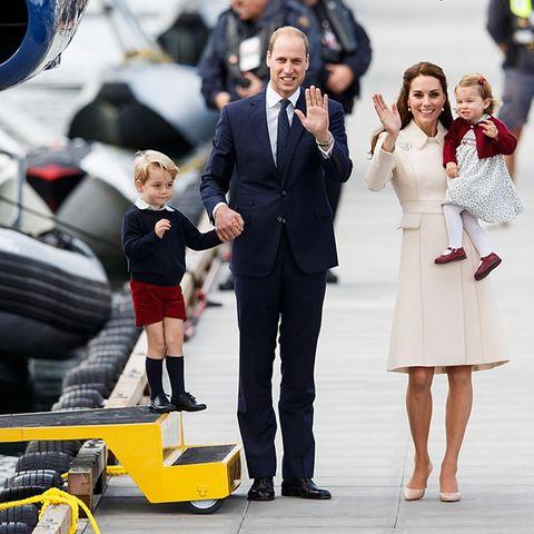 Die Familie Cambridge (v.l.n.n.r): Prinz George, Prinz William, Herzogin Catherine und Prinzessin Charlotte. Hier sind sie während einer Tour durch Kanada im Oktober 2016 zu sehen. Eine Reise ins Ausland fällt dieses Jahr aus.