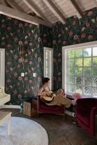 Eine geblümte Tapete an der Wand und ein weißes Piano mitten im Raum: Klingt eigentlich nach Kitsch pur. Doch durch einen gekonnten Interior-Mix hat es Selena Gomez geschafft, dass ihr neues Zuhause - in das die Sängerin laut Instagram erst kürzlich eingezogen ist - wunderschön aussieht. Das Geheimnis: die richtige Farbauswahl! Zu Altrosa und Tannengrün passen wunderbar die weinroten Loungesessel, ein dunkelbrauner Holzboden, eingerahmt von gemütlich-weißen Fensterrahmen und Deckenbalken. Hier kann der US-Superstar sicherlich wunderbar neue Songs auf seiner Akustikgitarre schreiben.
