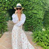 Dieses Maxi-Dress garantiert Victoria Swarovski maximale Aufmerksamkeit. Denn das florale Sommerkleid ist zwar bodenlang und überwiegend luftig geschnitten – gleichzeitig jedoch tief ausgeschnitten. Dank der geschickten Platzierung ihrer Arme präsentiert die Moderatorin ein Wow-Dekolleté und zeigt sich superverführerisch. Ihren Sommer-Look komplettiert Victoria mit einer XL-Sonnenbrille sowie einem Panama-Hut und ist so bestens vor der Sonne Marbellas geschützt.