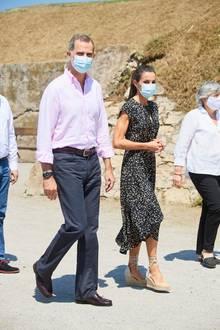 Für den letzten Termin ihrer Sommertour machen Königin Letizia und ihr Ehemann, König Felipe, Halt im nordspanischen Küstenstädtchen Gijón, Asturien - die Heimatprovinz der Königin. Beim Besuch eines Museums und einer Entsorgungsanalge trägt Letizia ihre liebste Outfitkombi des Sommers - und die ist ganz schön günstig. Denn neben Luxusdesignern wählt sie auch gerne mal Kleidung von der Stange aus.