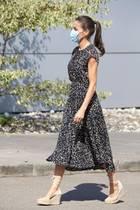 Königin Letizias schwarz-weiß-gemustertes und tailliertes Kleid stammt von der spanischen Modekette Massimo Dutti und kostet knapp 100 Euro. Dazu trägt sie einen vergoldeten Ring des ebenfalls spanischen Schmucklabels Karen Hallam und ihre heiß geliebten ...
