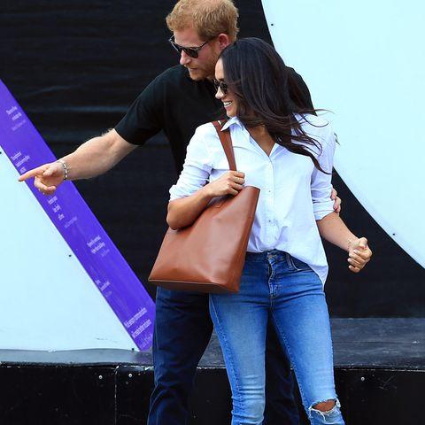 """Herzogin Meghan im """"Husband""""-Shirt von Misha Nonoo: Ein Hinweis auf eine frühere Verlobung mit Prinz Harry? - hier bei den Invictus Games 2017."""