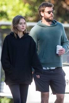 31. Juli 2020  Liam Hemsworth und Freundin Gabriella Brooks haben sich in Byron Bay mit Liams Bruder Chris Hemsworth in einer Bäckerei getroffen. Anschließend schlendert das Paar mit einem Kaffee in der Hand davon.
