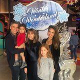 10. Dezember 2019  Familie Alba-Warren besucht das Winter Wonderland und stellt sich für ein Erinnerungsfoto für das Familienalbum auf.