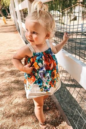 Birdie Mae, die kleine Tochter von Jessica Simpson, besucht im süßen Leinenkleid mit Blumenprint ihren tierischen Nachbarn, das Schweinchen Kevin Bacon.
