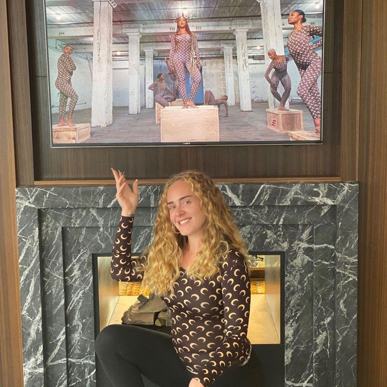 """Anfang August dann ein neuer """"Wow-Moment"""": Adele zeigt sich freudig lächelnd und mit Lockenpracht auf diesem Schnappschuss zu Ehren ihrer Kollegin Beyoncé. Wir hätten sie beinahe nicht wiedererkannt!"""