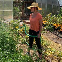 Während der Corona-Isolation hat sich Katherine Heigl immer mehr mit dem Thema des biologischen Gartenanbaus befasst. Dabei muss dieSchauspielern feststellen, dass die Vorstellung und Realität doch weit auseinander liegen. Was als Traum beginnt, die Familie mit selbst angebauten Lebensmittel ernähren zu können, wird schnell zur Überforderung. Doch Katherine Heigl gibt nicht auf und sucht sich Hilfe bei benachbarten Landwirten. Nun steht dem Traum vom heimischen Bio-Garten nichts mehr im Wege.