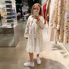 """Harper Beckham ist als """"Mini Shopping Queen"""" mit ihrem großen Bruder Brooklyn und dessen Verlobter Nicola Peltz auf Beutezug. Ganz offensichtlich steht sommerliches Weiß ganz oben auf ihrer Wunschliste."""