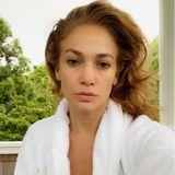 Man kann und will es nicht glauben: Jennifer Lopez ist 51 Jahre alt. Ihre Sport- und Beautyroutine scheint ganz besonders effektiv zu sein, denn Fältchen oder schlaffe Haut sucht man hier vergebens.