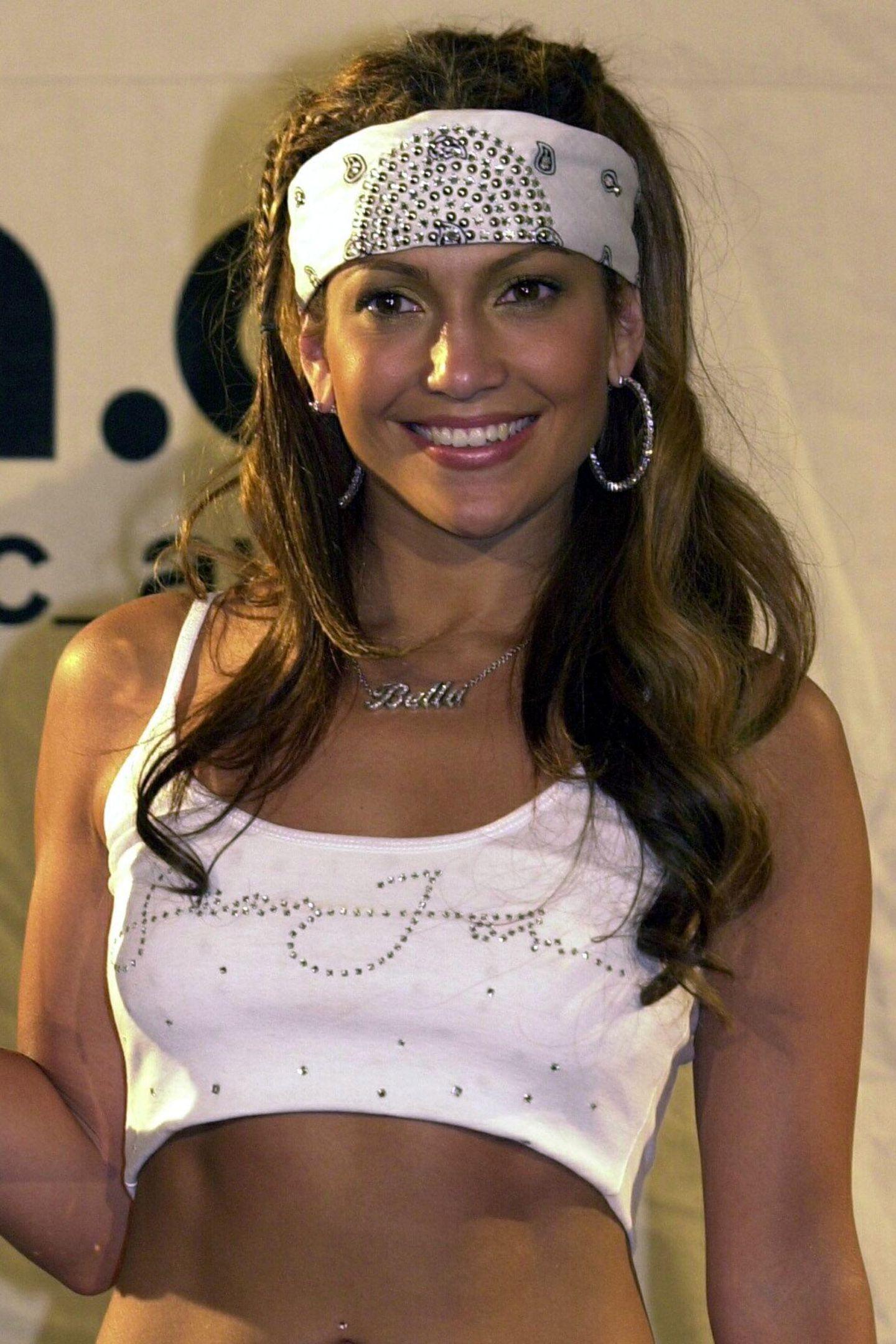 """Im Jahr 2000 freut sich Jennifer Lopez im """"coolen"""" Hobby-Gangster-Outfit über ihren MTV Video Award. Damals wie heute zählt die Latina zu den schönsten und erfolgreichsten Frauen der Welt."""