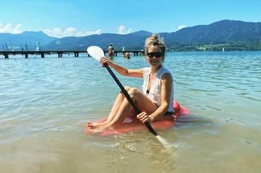 """1. August 2020  Wolke Hegenbarth verbringt einen herrlichen Sommertag mit ihrer Familie am Tegernsee. Zu diesem lustigen Instagram-Schnappschuss schreibt sie: """"Boot ist etwas klein... Aber der Tag ist perfekt""""."""