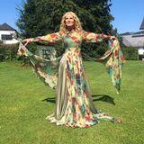 """Auch auf Instagram teilt Katja Burkard stolz ein Bild ihres Red-Carpet-Looks. Kolleginnen wie Frauke Ludowig oder Motsi Mabuse feiern das Outfit, wie auch einige Fans. Es gibt aber auch Negativ-Stimmen, die schreiben, dass die """"Punkt 12""""-Moderatorin """"nicht schön"""" aussehe, dass das Kleid für die heißen Temperaturen """"ziemlich zugeknöpft"""" wäre und man sie schon in """"schöneren Kleidern gesehen"""" habe, die """"besser"""" zu ihr passen würden. """"Gott sei Dank gibt es verschiedene Geschmäcker"""", schreibt eine andere Followerin. Wo sie recht hat."""