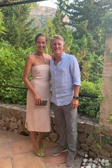 Ana Ivanovic und Bastian Schweinsteiger genießen den Sommer auf Mallorca. Am Geburtstag des ehemaligen Nationalspielers werfen sich die beiden für ein Dinner-Date in Schale: Sie trägt ein schulterfreies, knielanges Kleid in zartem Rosa und hellgrüne Heels, er trägt ein luftiges Hemd in Hellblau und eine graue Hose. Schick!