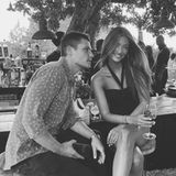 """Das deutsche Model Lorena """"Rae"""" Rape urlaubt mit ihrem Freund CJ auf Ibiza. Der scheint auf diesem Bild nur Augen für seine wunderschöne Freundin zu haben: In einem schwarzen Kleid und mit wehenden Haaren macht die wie immer eine tolle Figur!"""
