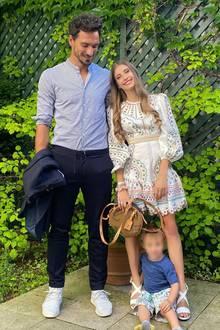Familie Hummels reist für ein paar Tage an den Tegernsee. Stolz posten sie dieses Bild mit Söhnchen Ludwig. Während Cathy ein stylisches Sommerkleid mit Crochet-Details trägt, setzt Mats auf einen klassischen dunkelblauen Anzug mit hellblauem Hemd.