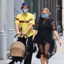 2. August 2020  Trotz Mundschutzmasken steht Chloe Sevigny undSinisa Mackovicdie pure Freude ins Gesicht geschrieben. Vor drei Monaten kam ihr Sohn Vanja auf die Welt,und nun darf der Kleine mit seinen stylischen Eltern durch die Straßen von New Yorkstreifen.