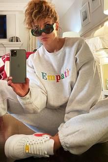 Cool, cooler, Jennifer Lopez! Auf Instagram postet die Sängerin ein lässiges Foto aus ihrem Schlafzimmer und gibt uns damit einen kleinen Einblick in ihre heiligen vier Wände. Die Einrichtung ihres Schlafzimmer ist hell und freundlich, über dem Kamin hängt ein Fernseher, die Wände werden von schlichten Bilderrahmen geziert. Besonderes Highlight ist die rot-weiße Decke des Luxus-Labels Hermès (Kosten: circa 1.200 Euro), die das weiße Bett von J.Lo erst so richtig kuschelig macht.