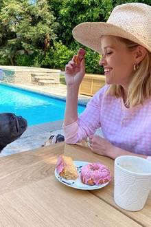 Gar nicht so leicht für Reese Witherspoon den bettelnden Blicken der beiden Vierbeiner zu widerstehen. Aber die Schauspielerin bleibt standhaft und teilt ihren Donut nicht.