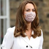 Kate ist sich ihrer Vorbildfunktion absolut bewusst und trägt deswegen natürlich einen Mund-Nasen-Schutz. Das geblümte Modell stammt von einem Kindermoden-Label, Amaia, und setzt einen niedlichen Akzent zu ihrem sonst sehr eleganten, erwachsenen Look.