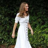Herzogin Kate hat zusammen mit 19 Fashion-Brands über 10.000 Kleiderspenden für bedürftige Familien und vor allem Kinder gesammelt. Die liefert sie persönlich ab und sieht dabei toll aus: Das weiße Kleid mit Puffärmelchen und schwarzen Knöpfen von Suzannah trug sie zuletzt vor gut einem Jahr während eines Besuchs in Wimbledon. Dazu kombiniert sie spitze Pumps von Tabitha Simmons.