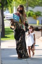"""4. August 2020  Mmh lecker, bei Familie Teigen-Legend ist heute Pizza-Tag! Top gestylt von Kopf bis Fuß bringt """"Lieferservice Mama"""" aliasChrissy Teigen das Mittagessen nach Hause. Begleitet wird sie dabei von ihrer Mutter sowie Töchterchen Luna..."""