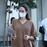 So lässig im Ton-in-Ton-Look war Angelina Jolie kürzlich in Los Angeles unterwegs. Dabei fällt auf: Diese wunderschöne Luxus-Tasche kennen wir doch …
