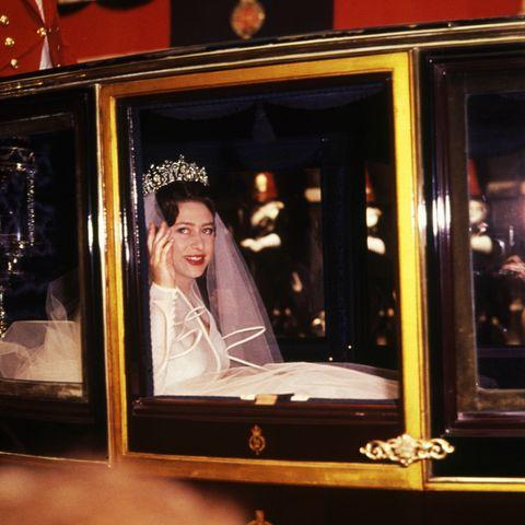 Prinzessin Margaret auf dem Weg zur Westminster Abbey, um am 6. Mai 1960 Anthony Armstrong-Jones zu heiraten.