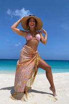 """4. August 2020  """"Es ist Zeit, für etwas Sonne!"""", kommentiert Vanessa Hudgens ihren Urlaubsschnappschuss. Es zeigt die Schauspielerin an einem Traumstrand auf den Turks- und Caicosinseln. Ein rosafarbener Bikini samt Strandtuch und Sonnenhut machen ihren Look perfekt. Besonderer Hingucker: Vanessas Body-Kette, die im Sonnenlicht schimmert."""