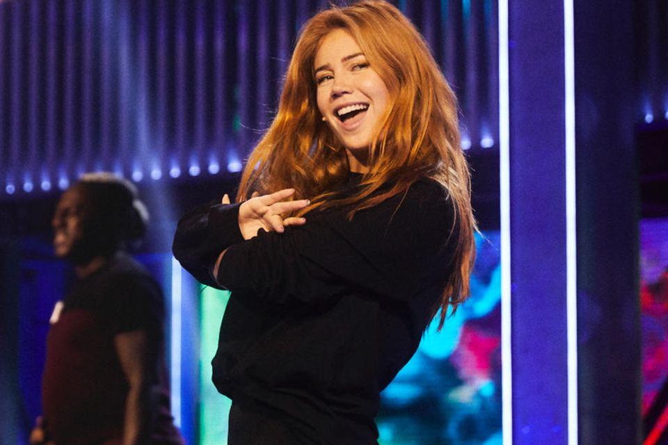 """Palina Rojinski ist die Moderatorin der neuen Netflix-Karaoke-Show """"Sing On! Germany"""", die ab 7. August gestreamt werden kann."""
