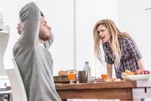 Pärchen streitet sich am Frühstückstisch