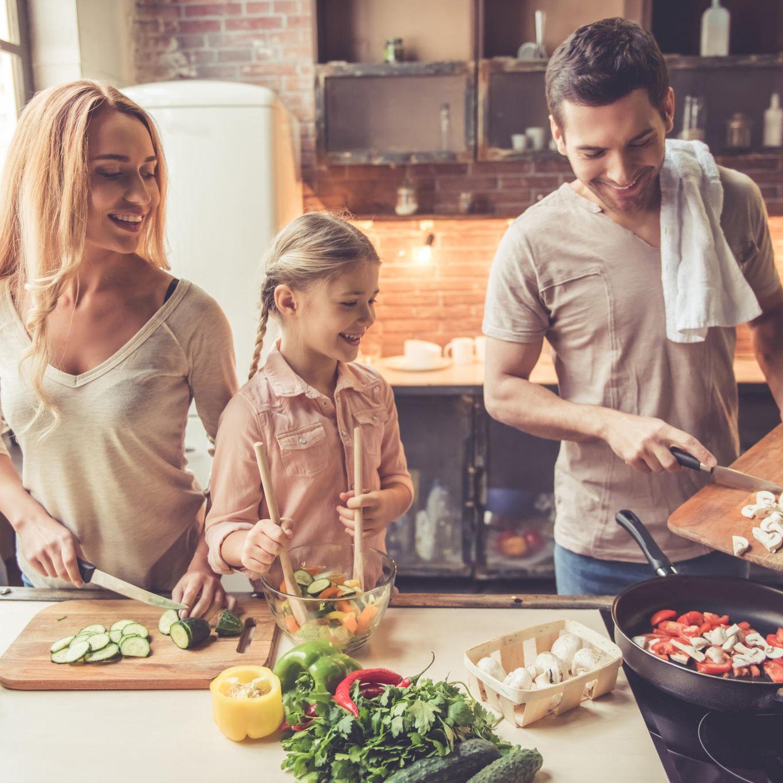 Familie kocht, Küche, Gemüse, Mutter, Kind, Vater