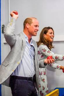 5. August 2020  Bevor sie auf der Halbinsel Barry Island mit verschiedenen Geschäftsinhabern sprechen, besuchen Prinz William und Herzogin Catherine die lokale Spielhalle. Und dabei haben sie offensichtlich sehr viel Spaß.
