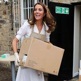 """4. August 2020  Herzogin Catherine packt in der """"Baby Basic UK""""-Kleiderkammer in Sheffield tatkräftig mit an.Das Freiwilligenprojekt unterstützt Familien, die ihre Kinder nicht ausreichend versorgen können."""