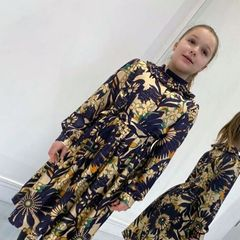 Kleine Lady ganz groß: Victoria Beckham postete dieses Bild ihrer Tochter Harper ... in einem Kleid aus ihrer eigenen Kollektion. Uns kam dieeses Kleidchen aber doch irgendwie bekannt vor...
