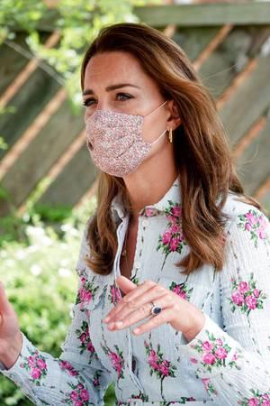 Im Jahr 2020 darf ein ganz anderes Accessoire auf keinen Fall fehlen: der Mund-Nasen-Schutz. Kate hat sich für ein Modell mit Blumenmuster entschieden.