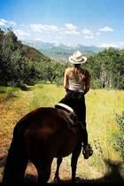 Kate Hudson hat eine tierische Verwandlung durchlaufen, als Zentaur reitet sienun durch die weite Wildnis Colorados.Naja, die Perspektive der Fotoaufnahme lässt die Schauspielerin zumindest als fabelhaftes Mischwesen erscheinen.