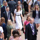Für ihren Besuch in Wimbledon gut ein Jahr zuvorträgt Kate einen schwarzen Taillengürtel, der gut zu den Knöpfen des gleichen Kleides passt und den Look noch eleganter und strukturierter wirken lässt. Die schwarzen Pumps runden das ab. Kate weiß eben, wie man alten Lieblingen einen frischen Wind einhaucht!