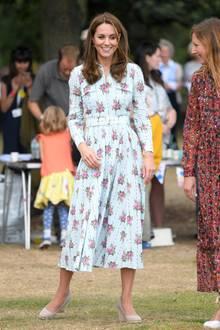 """Im September letzten Jahres trug Kate das Kleid schon einmal. Auch für das """"Back to Nature""""-Festival kombinierte sie das 1.880-Euro-Kleid zu beigen Wedges. Bei diesem Termin trug sie jedoch eine durchsichtige Strumpfhose, die scheint in Wales zu fehlen. Ob das an den sicherlich kühleren Temperaturen lag oder daran, dass der Termin noch etwas offizieller war, und bekannt ist, dass die Queen die Herzoginnen gerne in Strumpfhosen sieht, bleibt ihr Geheimnis."""