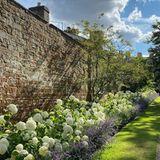 Ein Meer aus Blumen vor einer Backsteinmauer: In dieser traumhaften Gartenanlage hat Prinzessin Diana vermutlich damals als Kind mit ihren drei Geschwistern gespielt. Nach dem Tod von Vater John Spencer 1992 hat Charles Spencer das Althorp-Haus in der englischen Grafschaft Northamptonshire geerbt.
